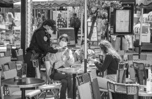 Control de los pases sanitarios para ingresar a un bar en Francia. En Panamá, hay que decirle al Gobierno que pare el exigir pases sanitarios, de violentar la Constitución Nacional, que en su artículo 27 dispone la libertad de tránsito. Foto: EFE.