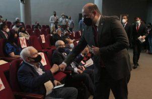 El magistrado Alfredo Juncá saluda al expresidente Ricardo Martinelli durante el inicio del debate a las reformas electorales. Víctor Arosemena