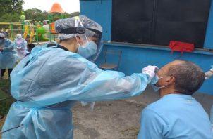 Sermedic Panamá de Leonardo Labrador y Ana Lorena Chang efectuaban hisopados a los viajeros de las islas del Pacífico. Foto. Grupo Epasa