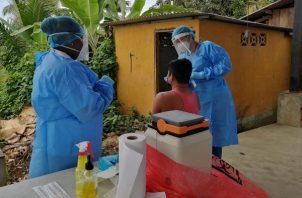 El Equipo de Respuesta Rápida continúo hoy con la búsqueda activa de casos de covid-19 en Guabito, Bocas del Toro. Foto: Cortesía Minsa