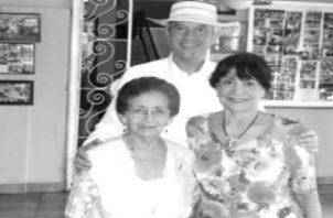 Doña Dalila Vera, el autor y su madre, Mercedes Navarro de Figueroa, en la Dulceria Yelis, Pedasi, en el año 2010. Foto: Cortesía del autor Jaime Figueroa Navarro.