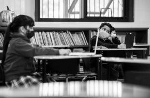 Una educación participativa, donde quien aprende es la comunidad, y la división casi clasista entre docentes y discentes, entre escuela y sociedad, se pierde a medida que avanzamos de los niveles inferiores a los superiores del sistema. Foto: EFE.