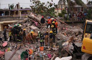 Rescatistas trabajan en labores de búsqueda y rescate de víctimas y/o sobrevivientes del terremoto en Haití. EFE