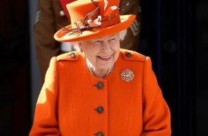 La reina Isabel II de Inglaterra a su salida este jueves al Museo de Ciencias en Londres (Reino Unido), para inaugurar un nuevo centro de apoyo llamado Smith Centre. EFE/ Neil Hall