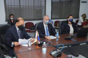 Los magistrados Heriberto Araúz (Izq.) y Eduardo Valdés Escoffery (centro) fueron los encargados de sustentar el presupuesto del TE.} Cortesía