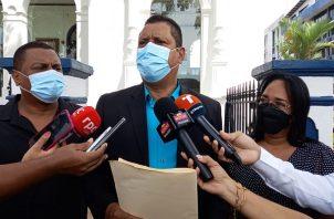 El abogado Abdiel González dijo que la pareja de galenos no tenía permiso para realizar hisopados en el muelle. Foto: Víctor Arosemena