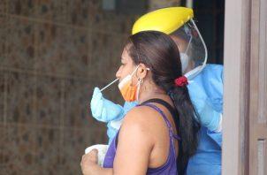 Personal de salud aplicó 5,428 pruebas nuevas para detectar la covid-19 en las últimas horas. Foto: Cortesía Minsa