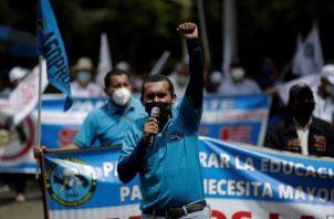 Docentes protestan frente a la sede del Ministerio de Educación de Panamá rechazando el retorno a las aulas. EFE