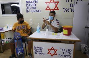 Un menor es vacunado contra la covid- 19 en un centro de vacunación de Tel Aviv, Israel. Foto: EFE