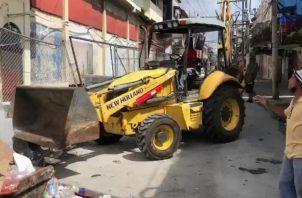 Momentos cuando se procedía con la demolición de la estructura. Foto: Diómedes Sánchez S.