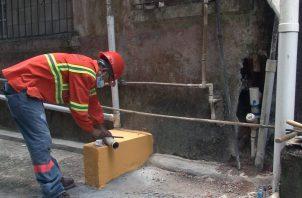 Se busca evitar que las aguas negras se desborden por los callejones y hogares. Foto: Diómedes Sánchez S.