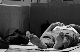 Construir un albergue para que estas personas puedan dormir, se les brinde orientación sicológica y colaboren trabajando en la limpieza de las calles. Foto: EFE.