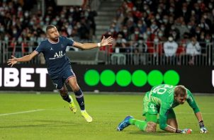 El director deportivo del PSG, Leonardo, no descarta la salida del atacante campeón del mundo. Foto: EFE