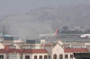 Dos explosiones se dieron fuera del aeropuerto de Kabul. Foto: EFE