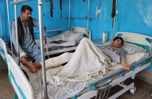 Víctima lesionada de la explosión de una bomba en el aeropuerto, recibe tratamiento en un hospital de Kabul, Afganistán. Foto: EFE