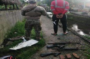 El detenido tenía en su residencia dos armas de grueso calibre. Foto: Diomedes Sánchez