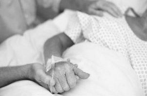 Remedios eficaces no hay ante enfermedades incurables, pero el mitigar el dolor con métodos paliativos, el acompañamiento cercano y personal ayudan muchísimo a la persona que está pasando por esa realidad. Foto: EFE.
