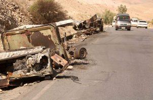 Vista de vehículos de las fuerzas de seguridad afganas destruidos en la carretera Kabul-Jalalabad, Afganistán. Foto: EFE