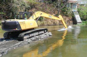 Cuadrillas del Idaan eliminan sedimentos tras la crecida del río La Villa. Foto: Thays Domínguez