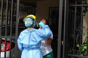 En las últimas 24 horas se aplicaron 10,388 pruebas nuevas de contagio, que dejaron una positividad de 6.5%. Foto: Cortesía Minsa