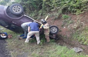 Una mujer resultó con heridas, luego de volcarse el auto en el que viajaba la mañana de este sábado. Foto: Thays Domínguez