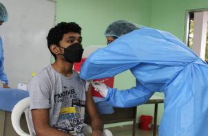 Panamá comenzó el pasado 14 de julio la inmunización contra el coronavirus en adolescentes mayores de 12 años con la vacuna de Pfizer. Foto: Cortesía @CSSPanama