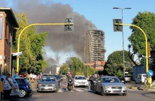 Un incendio ha devorado la fachada de un edificio de 20 pisos en Milán. Foto:EFE