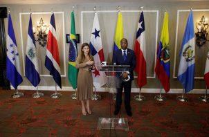 La ministra panameña de Relaciones Exteriores, Erika Mouynés (i), y el procurador general, Javier E. Caraballo. EFE