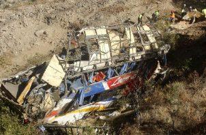 Autobús se estrelló contra un cerro y cayó por un barranco de unos 100 metros de profundidad en Perú. Foto: EFE