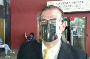 El abogado Carlos Carrillo explicó que el proceso se mantiene en la lectura de cuadernillos. Foto: Luis Ávila