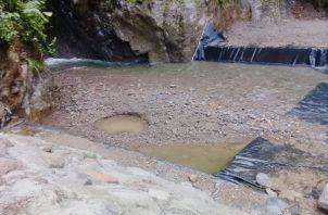 La toma de agua se mantiene obstruida por la gran cantidad de sedimentación y masa vegetal que arrastró el río Chorro Blanco. Foto: José Vásquez