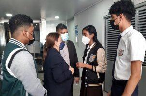 La ministra de Educación, Maruja Gorday de Villalobos, conversa con estudiantes graduandos que desean regresar a sus escuelas. Foto: Francisco Paz