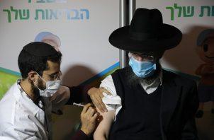 Israel prosigue la campaña de vacunación de la tercera dosis contra la covid-19. Foto: EFE