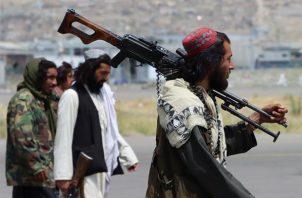 Las fuerzas talibanas aseguran el Aeropuerto Internacional Hamid Karzai, después de la retirada de Estados Unidos, en Kabul, Afganistán. EFE