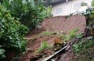 Un alud de tierra por poco se lleva la casa de Valencio Velásquez. Foto: Diómedes Sánchez