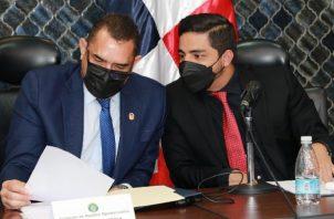El diputado Julio Mendoza (dcha.) planteó la necesidad de dar seguimiento a los procesos de limpieza en Merca Panamá. Foto: Cortesía Asamblea Nacional