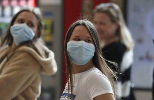 Israel tiene actualmente más de 91,000 infectados activos de covid-19. Foto: EFE
