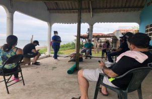 MiAmbiente realizó una jornada de sensibilización con los moradores de la playa Las Comadres, ubicada en el distrito de Las Tablas. Foto: Thays Domínguez
