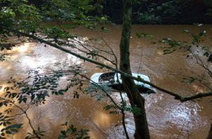 El auto tipo sedán fue encontrado río abajo. Foto: Thays Domínguez