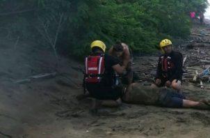 Padre e hija recibieron ayuda de una unidad de la Policía Nacional que se encontraba en el área. Foto: Thays Domínguez