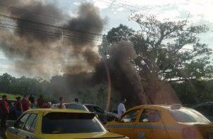 Una vez cerrada la vía, los manifestantes incendiaron llantas. Foto: Diomedes Sánchez