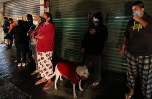 Una familia sale de su vivienda debido al sismo de 7.1 en México. Foto: EFE