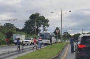 Los residentes de Mindi obstaculizaron el tránsito por la vía. Foto: Diómedes Sánchez