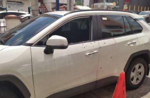 El automóvil quedó con varios disparos.