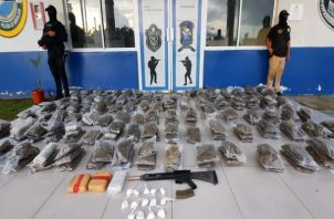Además de la droga, las autoridades incautaron un fusil de asalto AR-15 con un cargado. Foto: Eric Montenegro