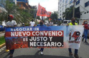 Miembros del Suntracs marcharon hasta la sede de la Capac para entregar su documento. Foto: Cortesía Suntracs