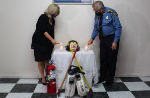 El encendido de velas representa una oración por los 343 bomberos de Nueva York fallecidos el 11 de septiembre de 2001. Foto: Cortesía BCBRP