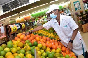 Josué Urriola realiza su faena en el área de frutas y verduras de un supermercado de la localidad. Foto: Cortesía Mides