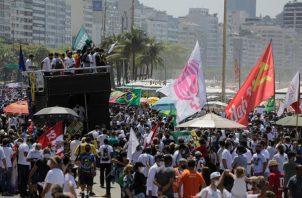 Decenas de personas se concentran en la playa Copacabana durante una jornada nacional de manifestaciones contra el Gobierno de Jair Bolsonaro, en Río de Janeiro. EFE