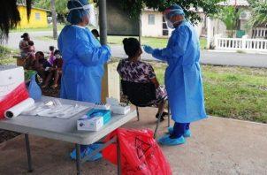 Personal de salud aplicó 7,592 pruebas nuevas para detectar la covid-19 en las últimas 24 horas. Foto: Cortesía Minsa